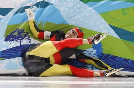 TVRDÝ NÁRAZ.Němec Samuel Schwarz naráží do bariéry po projetí cílem závodu na 500 m.