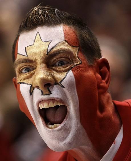 FANDA JAK MÁ BÝT. Fanoušek kanadské hokejové reprezentace zápas se Švýcarskem pořádně prožívá.