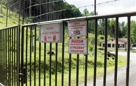 Na bráně vojenského komplexu visí cedule zakazující vstup i focení. Každého hned kontroluje hlídka.