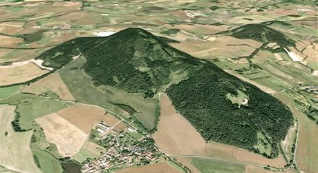 Z kopce Tisovník zabrala armáda zhruba polovinu (zalesněná část na snímku vpravo)