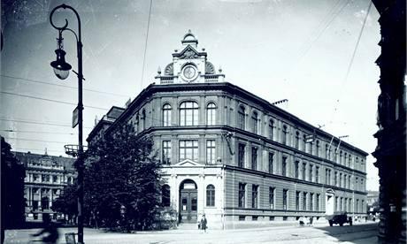 Budova ústeckého muzea před pumovým náletem v roce 1945.
