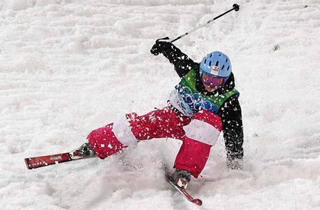 Nepovedený dopad Nikoly Sudové po jednom ze skoků při finálové jízdě. (13. února 2010)