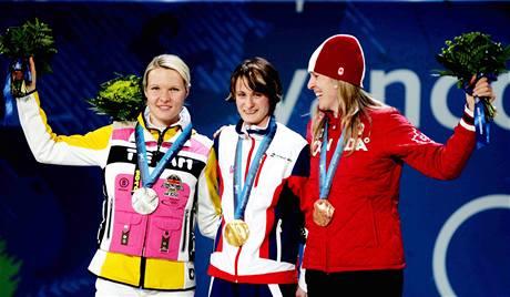 Zlatá Martina Sáblíková se stříbrnou Stephanií Beckertovou z Německa a bronzovou Kristinou Grovesovou z Kanady. (14. února 2010)