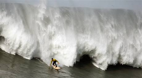 Surfování na obřích vlnách na soutěži Mavericks Surf Contest konané na kalifornském pobřeží v USA. (14. února 2010)