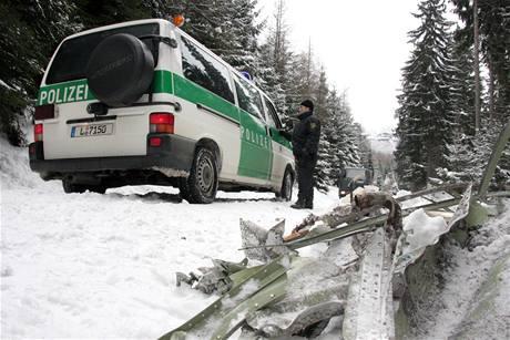 Němečtí policisté prohledávají místo, kde se zřítilo letadlo Cessna Citation 550. (15. února 2010)
