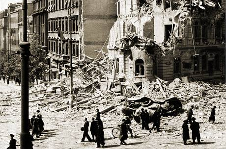 Pražské Václavské náměstí po bombardování v roce 1945.