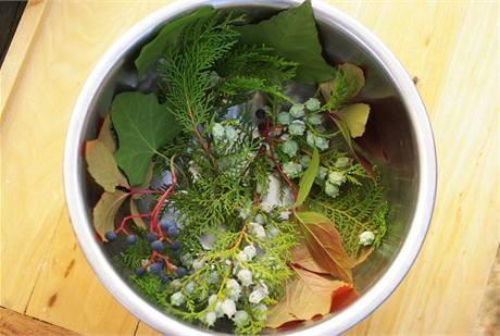 Do velké mísy nalijte vodu asi do výšky 5 cm a vyložte ji vybranými přírodninami.