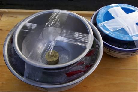 Po zmrznutí vody odstraňte izolepu a opatrně vyjměte malou misku.