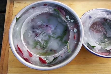 Po vyjmutí malé misky uvolněte z ledové mísy tu velkou vnější tak, že ji otočíte dnem vzhůru a polijete vodou.