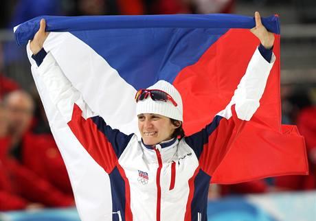 S VLAJKOU NAD HLAVOU. Martina Sáblíková oslavuje obrovský triumf, je olympijskou vítězkou na 3000 metrů.