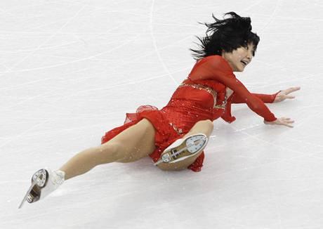 Juko Kavagutiová padá ve volné jízdě sportovních dvojic.