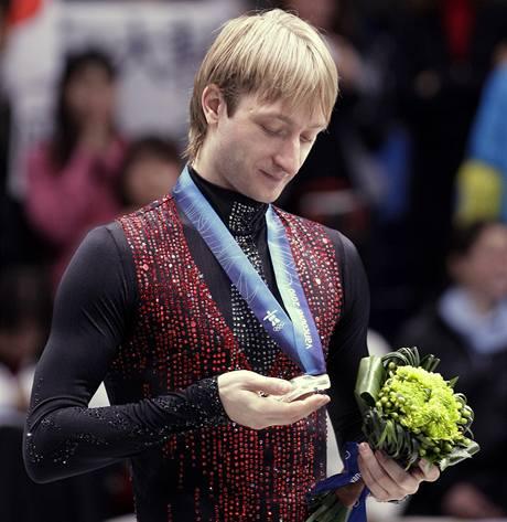 JENOM STŘÍBRNÁ. Jevgenij Pljuščenko si prohlíží medaili. Myslel na cennější kov.