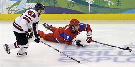 Ruský hokejista Alexander Ovečkin umí s pukek v každé pozici. Vleže ošálil i Lotyšské hráče.