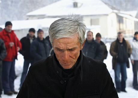 ROZLOUČENÍ. Otec oplakává svého syna Nodara Kumaritašviliho, který se zabil při sáňkařském tréninku na olympiádě ve Vancouveru.