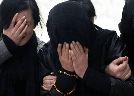 ROZLOUČENÍ. Sestra oplakává svého bratra Nodara Kumaritašviliho, který se zabil při sáňkařském tréninku na olympiádě ve Vancouveru.