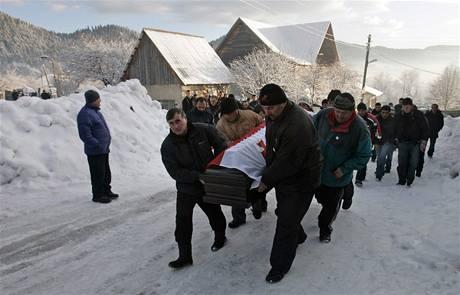 ROZLOUČENÍ. Příbuzní a známí oplakávají Nodara Kumaritašviliho, který se zabil při sáňkařském tréninku na olympiádě ve Vancouveru.