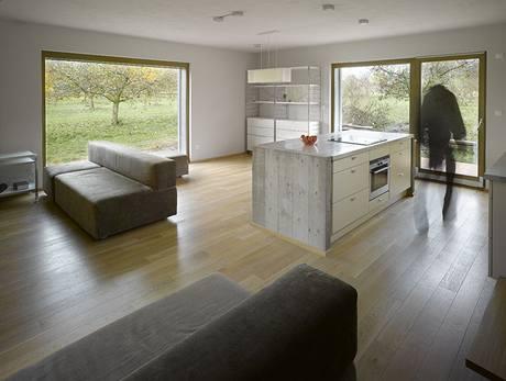 Interiéru dominuje kuchyňský ostrůvek