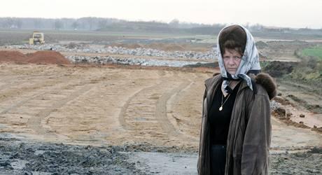 Ludmila Havránková na posledním úseku dálnice D11 u Hradec Králové,  kde se staví bez stavebního povolení.