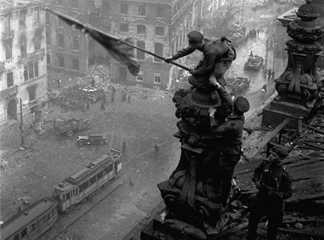 Abdulchakim Ismajlov a další dva vojáci Rudé armády vyvěšují při sehrané scénce sovětskou vlajku na budovu říšského sněmu v Berlíně (2.května 1945)