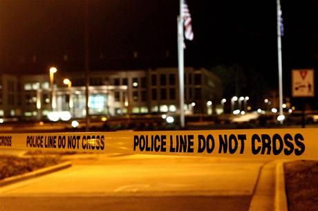 Policejní páska ohrazuje univerzitu v Alabamě, kde se v pátek střílelo