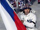 Hokejista Jaromír Jágr jde s vlajkou v čele průvodu českých sportovců na zahajovacím ceremoniálu Zimních olympijských her ve Vancouveru. (12. února 2010)