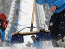 PO SNĚHOVÉ VÁNICI. Organizátoři odklízí sníh z nájezdu velkého můstku před tréninkem na páteční kvalifikaci.