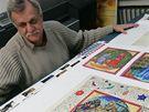 Štefan Doktor s firmy Legia ukazuje kopii Boskovické bible z 15.století, která bude použita na maketu pro výstavní účely.