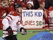 SID. Kanaďan Sidney Crosby před zápasem se Švýcarskem. V pozadí transparent: