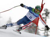 NA HRANĚ.Americký sjzdař Bode Miller se svým tradičním agresivním stylem řítí do cíle olympijského závodu.
