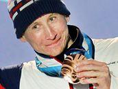 Lukáš Bauer stojí na stupních vítězů s bronzovou medailí po závodě na 15 km volnou technikou. (15. února 2010)