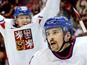 Tomáš Plekanec vstřelil třetí branku Česka. V pozadí se raduje kapitán Patrik Eliáš.. (17. února 2010)