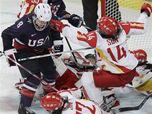 Čínské hokejistky (ve světlém) se proti USA statečně rvaly, přesto odešly s debaklem.