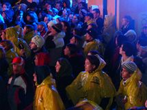 Robson Square, Vancouver - lidé sledují slavnostní zahájení olympijských her