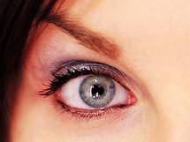 Takhle ne: černá linka uvnitř oka či neprotažená vnější linka
