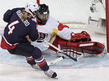 Americká hokejistka Angela Ruggiero střílí gól čínské brankářce Yao v olympijském turnaji žen.