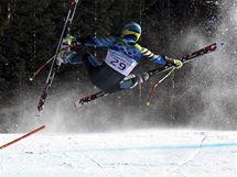 Švéd Patrik Järbyn je vymrštěn do vzduchu poté, co narazil do jedné z branek na trati superobřího slalomu.