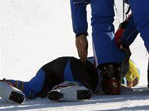 Otřesený švédský lyžař Patrik Järbyn v péči záchranářů.