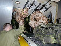 Nakládání zavazadel českých vojáků Provinčního rekonstrukčního týmu (PRT) před odletem do afghánského Lógaru. (15. února 2010)
