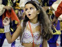 Sedmiletá Julia Lira neunesla pozornost kamer a fotoaparátů a rozplakala se (14. února 2010)