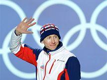 Lukáš Bauer zdraví své fanoušky při předávání olympijských medailí v kanadském Whistleru. (15. února 2010)