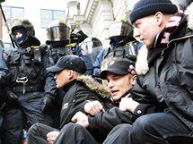 Demonstrace příznivců Dělnické strany proti zrušení strany před Nejvyšším správním soudem v Brně. (17. února 2010)
