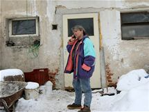 V Zachotíně na Pelhřimovsku bydlí v bývalém vepříně chovatelka Zdena Bártů s více než šedesátkou psů. Bez vody a elektřiny.