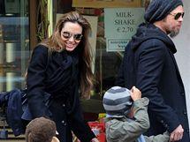 Angelina Jolie a Brad Pitt s dětmi v Benátkách