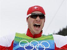 Dario Cologna slaví v cíli závodu na 15 kilometrů volně zisk zlaté medaile