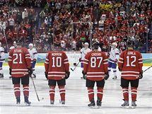 Kanadští hokejisté defilují při utkáním s Norskem.