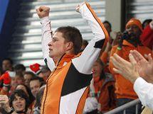 Nizozemský rychlobruslař Sven Kramer oslavuje olympijské zlato z trati na 5 000 metrů.