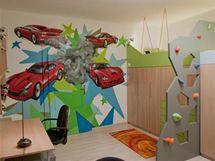 Dominantním prvkem místnosti se stalo graffiti přes celou stěnu