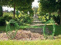 Zahrada byla komplexně přebudována z ovocného sadu na park s listnatými (javor mléč a globozní) a se stálezeleznými stromy (túje, smrky, jalovce). Sofa Season (2008) je zhotoveno z pozinkované oceli a korunováno skleněným prvkem.