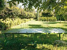 Zahradní židle Pupeny jsou z roku 1995, dřevěný stůl vznikl přibližně o sedm let později
