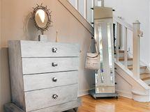 """Komoda s """"kovovou"""" patinou byla navržena pro římské apartmá Hannelore de Lellis"""